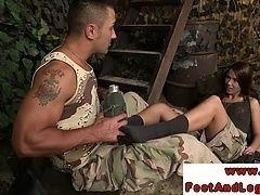 Частная женщина дает дрочку ногами изголодавшемуся солдату