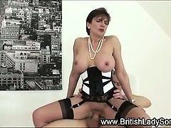 Зрелая мамочка Lady Sonia делает минет и трахается