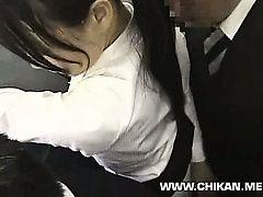Молодой женщине засаживают в поезде