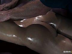 Увлекшийся массажами задницы