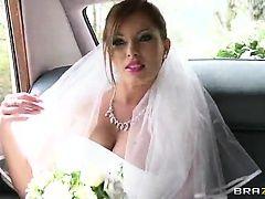 Похотливая невеста оседлала хуй
