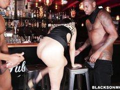 пьяная тетка принимает в баре два черных хуя в свои горячие дырки