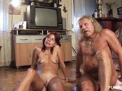 старик ебет на полу гостинной потасканнуя шлюху с маленькими обвисшими сиськами