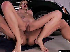 блондинка расплачивается своей пиздой за то что проехалась на шикарном авто