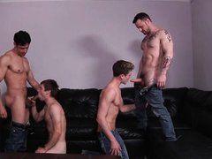 Молодые геи сосут у красивых атлетов