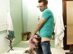 Жестко выебал в рот татуированную девку с розовыми волосами