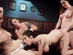 Три лесбиянки ебут страпонами грудастую цыпочку