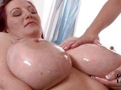 Толстые лесбиянки ласкают огромные сиськи в масле