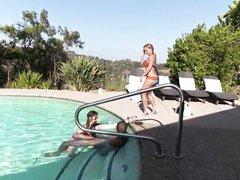 Две молодые шлюшки развлекаются с парнем в бассейне