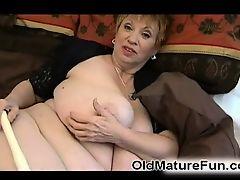 Крупная зрелая женщина с большими сиськами и с большим дилдом