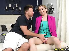 Блондинка опускается на коленях к твердому члену