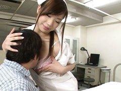 Молодая похотливая медсестра соблазнила зрелого пациента