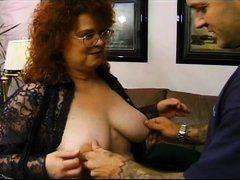 Старая рыжая баба трахается с молодым мужчиной