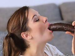 Молодая девушка Kasey Warner глубоко берет в рот огромный черный хуй