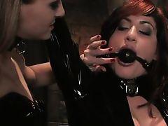 Лесбиянка в черном латексе связала свою рабыню и сладко мучает ее
