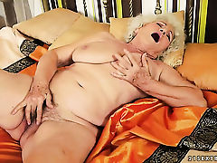 Старая рыхлая клюха ласкает свою волосатую пизденку
