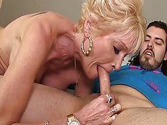 Зрелая проститутка сосет у молодого парня