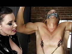 Зрелая Анастасия в латексе шлепает и трахает подвешенного парня