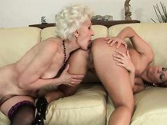 Старая лесбиянка с волосатой пиздой лижет молодую девушку