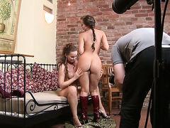 Симпатичные лесбиянки Silvia Saint и Cindy Dollar ласкаются и трахаются на камеру