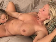 Молодая лесбиянка вылизывает зрелую шлюху с большими сиськами