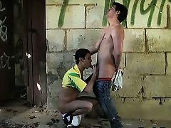 Молодой латинос сосет хуй в подворотне
