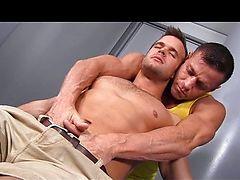 Мускулистый массажист выебал молодого клиента