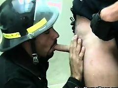 Пожарник гей сосет хуй напарника