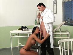 Доктор Frank Gun вставил в рот грудастой медсестре