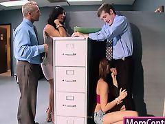 Зрелая телка развлекается с парнями в офисе после работы