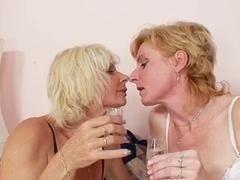 Зрелые мамочки набухались в зюзю и трахают друг друга