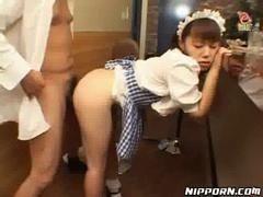 Азиатская горничная трахается с ее господином