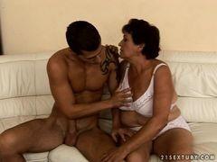 Старая бабка с тяжелой грудью соблазнила симпатичного молодого человека