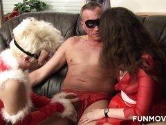Пожилые шлюхи сосут у мужика в красных труселях под Новый год