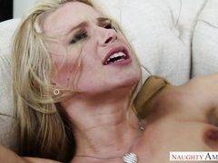 Зрелая блондинка трахается с молодым человеком