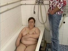 Старая толстуха трахается с молодым парнем в ванной