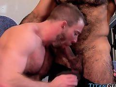 Мускулистый гей сосет у волосатого зрелого мужика и получает сперму на лицо