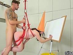 Извращенный художник трахает в жопу связанную натурщицу
