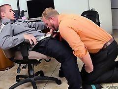 Мужчина отсасывает молодому боссу в первый день на работе