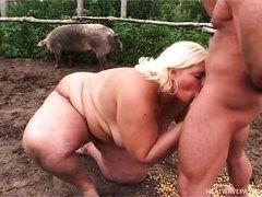 Жирная блондинка сосет хуй у зоотехника в свинарнике