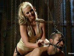 Похотливая госпожа трахает страпоном связаного раба