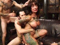 Зрелая татуированная шлюха трахается с молодыми парнями