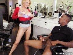 Грудастая блондинка Krissy Lynn получает двойное проникновение от больших черных членов