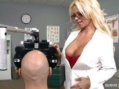 Грудастая доктор Nikita Von James трахается с пациентом Johnny Sin