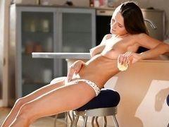 Возбужденная брюнетка играет с ее сексуальным телом на кухне