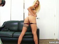 Белокурая милашка Cameron Canada, показывающая ее сексуальные навыки, чтобы получить работу