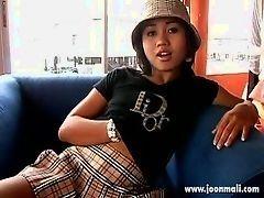 Азиатская девушка в соло