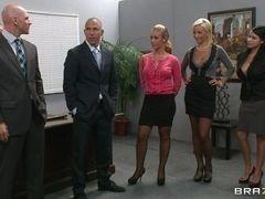 Секретарши Nicole Anistonи Lexi Swallow сосут своим боссам Johnny Sins и Mick Blue