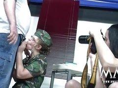 Мужчины трахают немецкую армейскую красотку