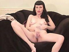 Классическое мастурбирование зрелой красавицы